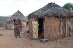 Village et femmes africains Images stock