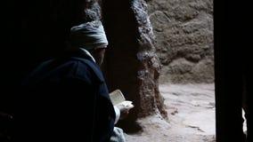 L'Ethiopie, Lalibela, janvier 2015, moine lit un livre banque de vidéos