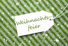 L'etichetta, carta da imballaggio verde, Weihnachtsfeier significa la festa di Natale, fiocchi di neve fotografia stock