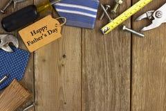 L'etichetta del giorno di padri con gli strumenti ed i legami rasentano il legno Fotografie Stock Libere da Diritti