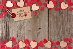 L'etichetta del regalo del giorno di biglietti di S. Valentino con il doppio del cuore rasenta il legno fotografia stock