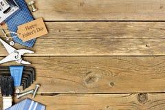 L'etichetta felice del regalo del giorno di padri con il lato rasenta il legno Fotografia Stock Libera da Diritti