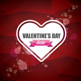 L'etichetta o l'autoadesivo di vendita di forma del cuore del giorno di biglietti di S. Valentino su fondo rosso astratto con sfu Immagini Stock