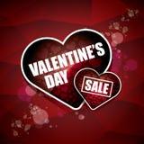 L'etichetta o l'autoadesivo di vendita di forma del cuore del giorno di biglietti di S. Valentino su fondo rosso astratto con sfu Fotografia Stock Libera da Diritti