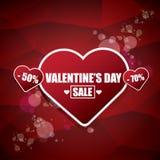 L'etichetta o l'autoadesivo di vendita di forma del cuore del giorno di biglietti di S. Valentino su fondo rosso astratto con sfu Immagine Stock