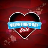 L'etichetta o l'autoadesivo di vendita di forma del cuore del giorno di biglietti di S. Valentino su fondo rosso astratto con sfu Fotografie Stock