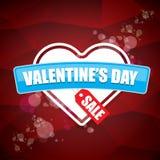 L'etichetta o l'autoadesivo di vendita di forma del cuore del giorno di biglietti di S. Valentino su fondo rosso astratto con sfu Immagine Stock Libera da Diritti