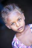 L'Etiopia, 2/novembre/del 2015, lontano ragazza tribale, vita tradizionale in Etiopia Immagine editoriale documentaria Fotografie Stock