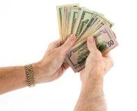 L'etnia caucasica passa il fan della tenuta delle fatture di dollaro americano Immagine Stock