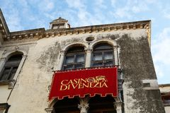 L'etrance de casino de Venise, détail du rouge drapent image stock