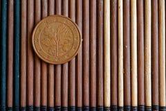 L'euro dénomination de pièce de monnaie est de 5 euro cents se trouvent sur la table en bambou en bois - arrière Image stock