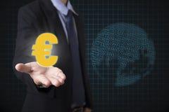 L'euro della tenuta dell'uomo d'affari firma i soldi con finanziario globale Fotografia Stock