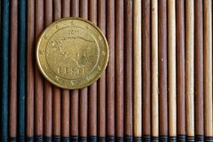 L'euro denominazione della moneta è di 50 euro centesimi si trova sulla tavola di bambù di legno - lato posteriore Fotografia Stock Libera da Diritti