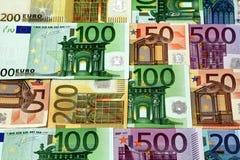 L'euro différent affiche 500 200 100 50 euro billets de banque se trouvant sur des ventres Photos stock