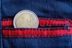 L'euro moneta con una denominazione dell'euro due nella tasca di avverte fotografia stock