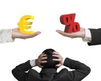 L'euro segno ed il segno di percentuale con la tenuta della mano dell'uomo d'affari si dirigono Fotografie Stock