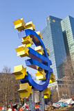 L'euro valuta gigante firma dentro la parte anteriore Fotografia Stock Libera da Diritti