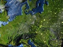L'Europe de l'Est sur terre la nuit - fond océanique évident Image stock