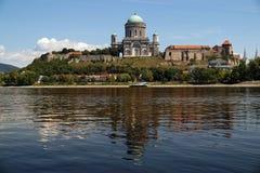 l'europe Esztergom, vue de la Hongrie de la basilique catholique énorme et du château royal de la première dynastie des rois de l photographie stock