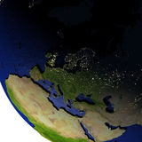 L'Europe la nuit sur le modèle de la terre avec la terre de relief Photo libre de droits