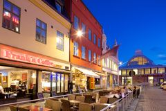 L'Europe, la Scandinavie, la Suède, Gothenburg, les cafés et le marché Hall sur Vallgatan au crépuscule Photo libre de droits