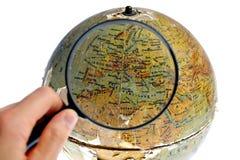 L'Europe magnifiée sur le vieux globe tournant Image stock