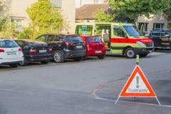 L'Europe, Suisse, Schaffhausen - ambulance de stationnement et panneau routier d'interdiction près maison du 28 septembre 2015 Photographie stock libre de droits