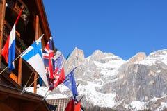 L'europeo inbandiera i picchi di montagna nevosi Fotografia Stock