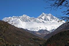 L'Everest attira molti scalatori, alcuni di loro altamente ha sperimentato gli alpinisti Fotografie Stock Libere da Diritti