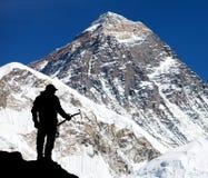L'Everest da Kala Patthar e dalla siluetta dell'uomo fotografia stock libera da diritti