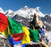 L'Everest e Lhotse con le bandiere buddisti di preghiera Fotografie Stock