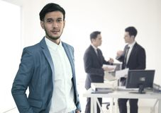 L'exécutif d'homme d'affaires de chef se tient dans l'avant et le premier plan Photos stock