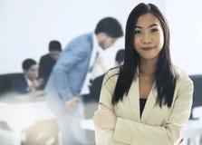 L'exécutif de femme d'affaires de chef se tient dans l'avant Photos libres de droits