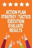 L'exécution de la tactique de stratégie de plan d'action des textes d'écriture de Word évaluent des résultats Concept d'affaires  illustration de vecteur