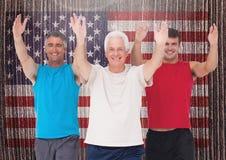 L'exécution de papa, de fils et première génération s'exercent contre le drapeau américain à l'arrière-plan Photo stock