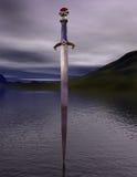 L'excalibur d'épée sur le lac Photographie stock libre de droits