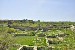 L'excavation historique de sites de voyage de la Crimée Khersones mure l'herbe verte du musée sous le ciel ouvert au printemps Photographie stock libre de droits