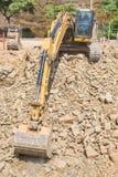 L'excavatrice, bêcheur dégage la terre pour la construction de logements Photo libre de droits