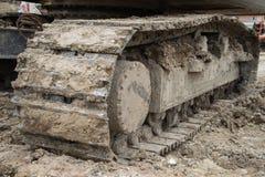 L'excavatrice de chargeur de roue avec la pelle rétro déchargeant le sable à l'eath fonctionne Photographie stock libre de droits