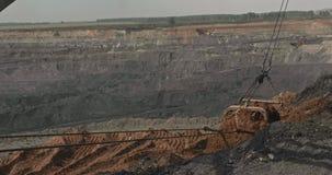 L'excavatrice de dragline charge le sol, argile Excavatrice de marche de travail dans l'exploitation à ciel ouvert Machines lourd banque de vidéos