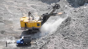 L'excavatrice et le camion énorme et un granit d'homme extraient banque de vidéos