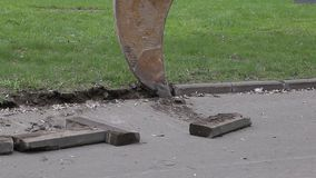 L'excavatrice extrait la restriction de la route clips vidéos