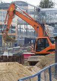 L'excavatrice fonctionne au chantier de construction Photo stock