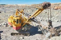 L'excavatrice fonctionne avec le granit ou le minerai à l'extraction à ciel ouvert Photos libres de droits