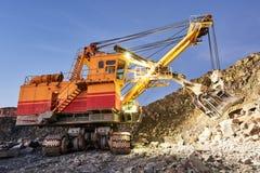 L'excavatrice fonctionne avec le granit ou le minerai à l'extraction à ciel ouvert Photo libre de droits