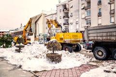 L'excavatrice nettoie les rues d'un grand nombre de neige Photographie stock libre de droits