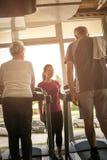 L'exercice d'entraîneur aide les couples pluss âgé Couples supérieurs dessus Photos libres de droits