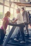 L'exercice d'entraîneur aide les couples pluss âgé Couples supérieurs dessus Photos stock