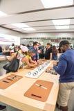 L'expérience Apple de clients observent la série 3 le premier jour au magasin Images stock