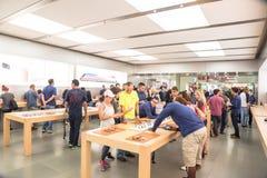 L'expérience Apple de clients observent la série 3 le premier jour au magasin Photo libre de droits